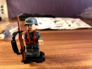 Lego Militär Figur mit Waffe
