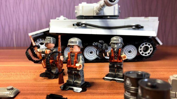 Lego Militär Figur mit Waffe und Cobi Panzer