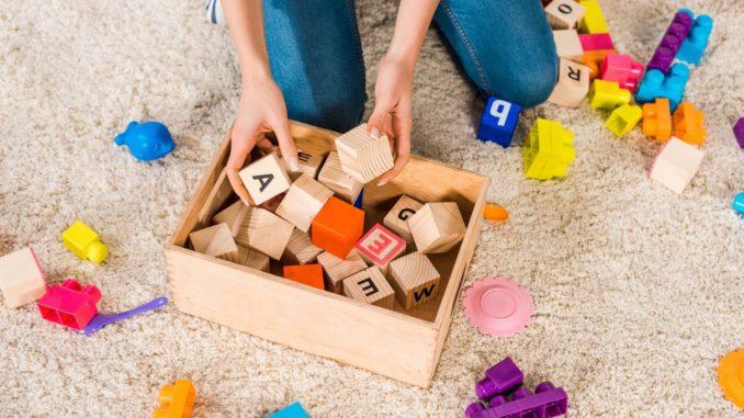 Holzspielzeug in einer Box